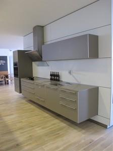 Schwebende Küche von bulthaupt in Grau als Ausstellungsküche